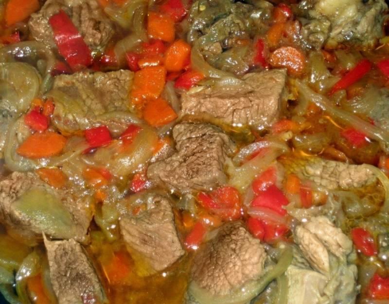 4. Лучше, если всю эту процедуру делать сразу в казане. Но, за неимением такой емкости, используйте тару с толстым дном. В середине жарки отправляем томатную пасту (или помидоры - по желанию). Немного обжарив. заливаем все водой.