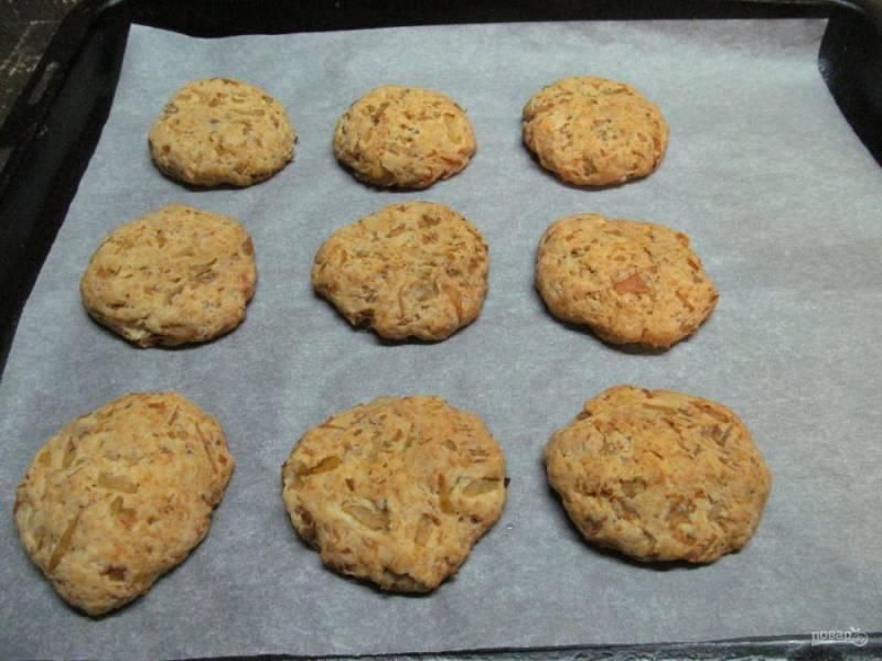 Нагрейте духовку до 180 градусов и выпекайте печенье 30 минут.