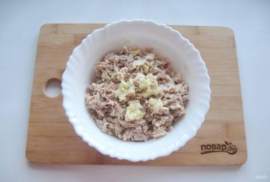 Мясо индейки и курицы очистите от шкурок, жил и костей. Должна остаться одна мякоть. Мелко нарежьте мясо и добавьте измельченный чеснок.