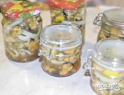 Кипятим воду (1,5 л.), добавляем в нее соль, сахар, уксус, масло, перец и ждем, пока закипит. Морепродукты раскладываем в баночки. И добавляем в баночку 0,5 литра 2 чайных ложечки соевого соуса. Заливаем маринадом и закрываем банки.
