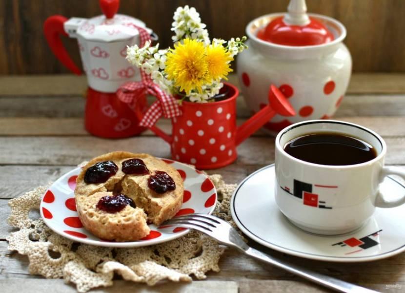 Дайте постоять вне микроволновки еще минуту. Подавайте с джемом или сметаной к чашке утреннего кофе.