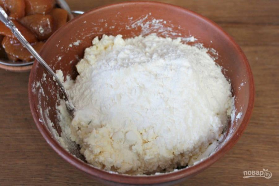 Добавляем щепотку соды и порциями насыпаем муку. Замешиваем тесто.