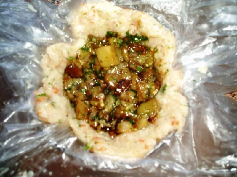 В центр кладем тертый сыр и начинку из кабачков.