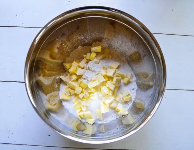 Холодное масло смешайте с мукой и ложкой соли.