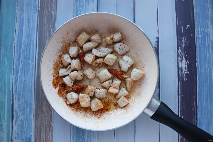 Куриное филе обжарьте с добавлением перца чили и соевого соуса. Если вы любите поострее, добавляйте перец не целиком, а  мелко нарезав.