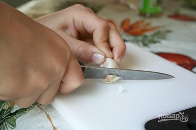 Вымойте огурцы и зелень, очистите зубчики чеснока. Простерилизуйте банки с крышками и отложите их в сторону.