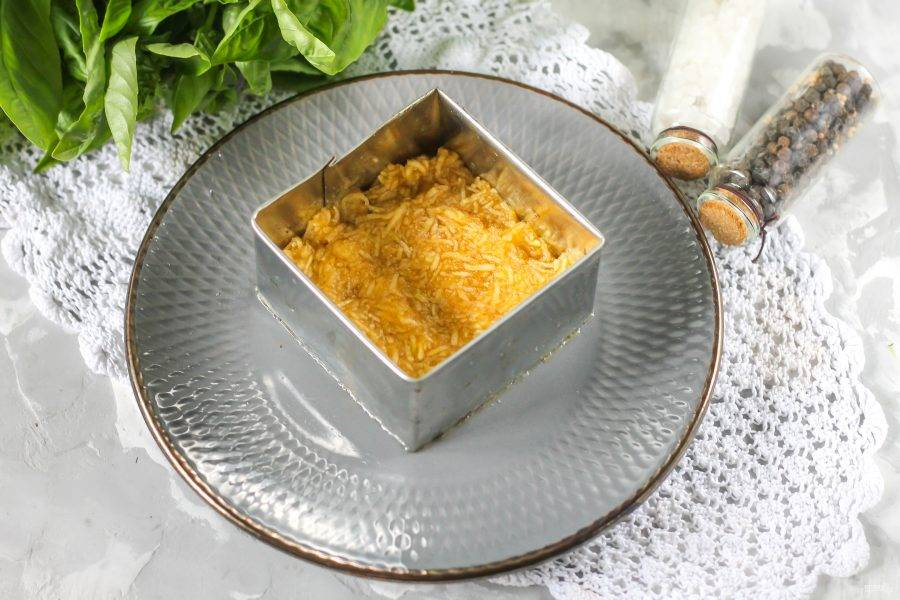 С помощью кулинарного кольца или квадрата соберите салат. Первым слоем можно разместить маринованный лук, если любите такой ингредиент в салате. Затем выложите натертое яблоко и на него нанесите майонезную сетку, слегка присолив массу.