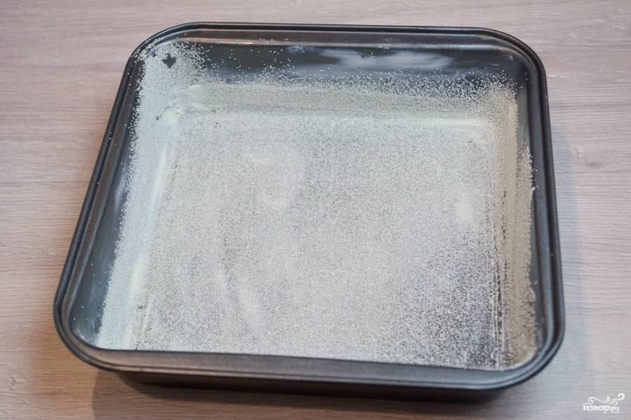 4.  Форму для запекания смажьте маслом. Присыпьте манной крупой и потрясите. Крупа равномерно прилипнет к маслу и не даст готовому пирогу пристать к форме.