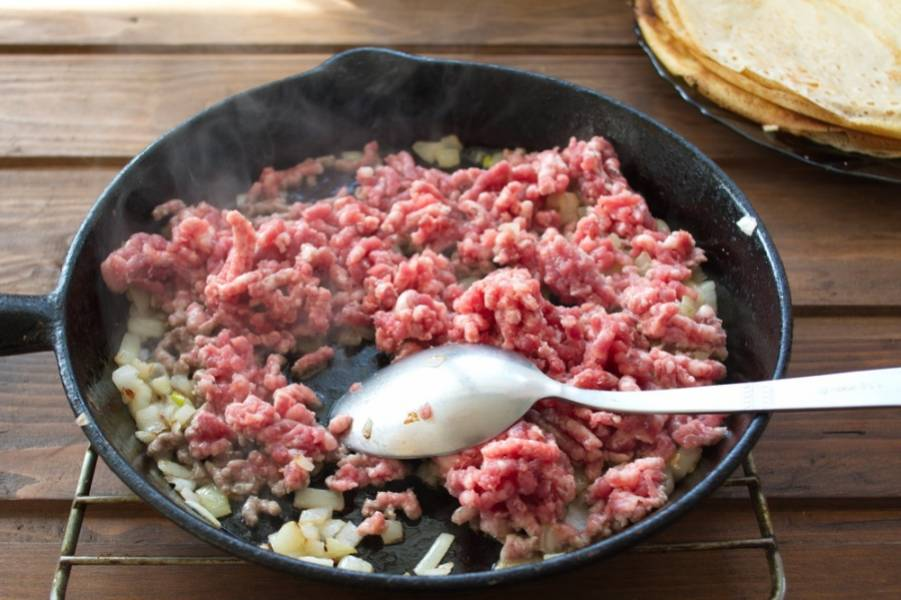 Добавляем сырой фарш, приготовленный дома из говядины. Я не люблю покупной фарш. Туда часто кладут не весть что. Лучше приготовить дома фарш самостоятельно. Он будет сочным и вкусным.