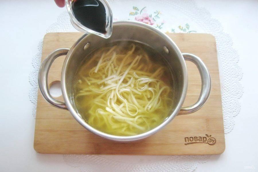 Влейте соевый соус.