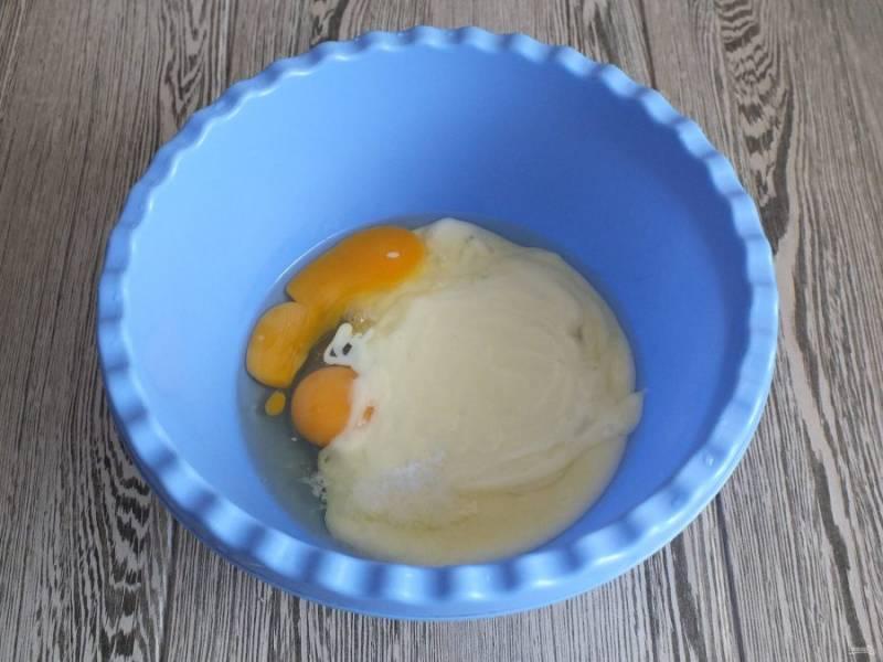 В чаше смешайте яйца и сгущенное молоко.
