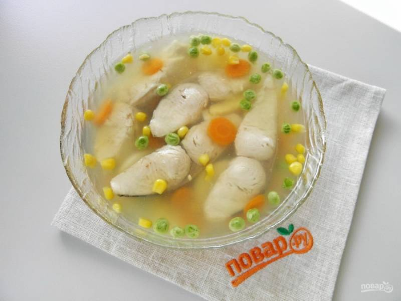 Залейте бульоном рыбу, отправьте её в холодильник на 2-3 часа минимум.