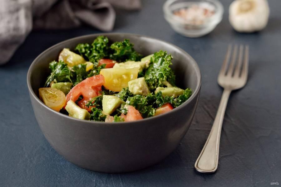 Салат с кейлом и авокадо