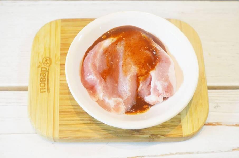 4. Мясо помойте, обсушите, окуните в соус барбекю.