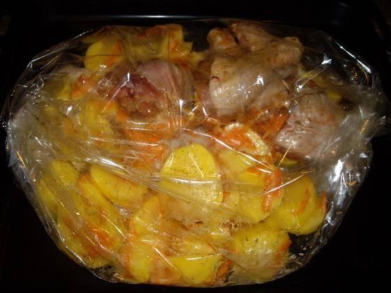 4. Помещаем и курицу, и картофель в рукав для запекания. Внимательно ознакомьтесь с инструкцией, не забудьте сделать пару проколов в рукаве сверху.