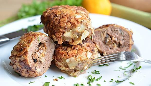 Обжарьте котлеты с обеих сторон в масле до готовности. Мясо внутри не должно быть красным. Приятного аппетита!