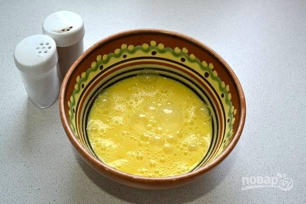 7. Добавьте соль, перец, взбейте вилкой или венчиком.