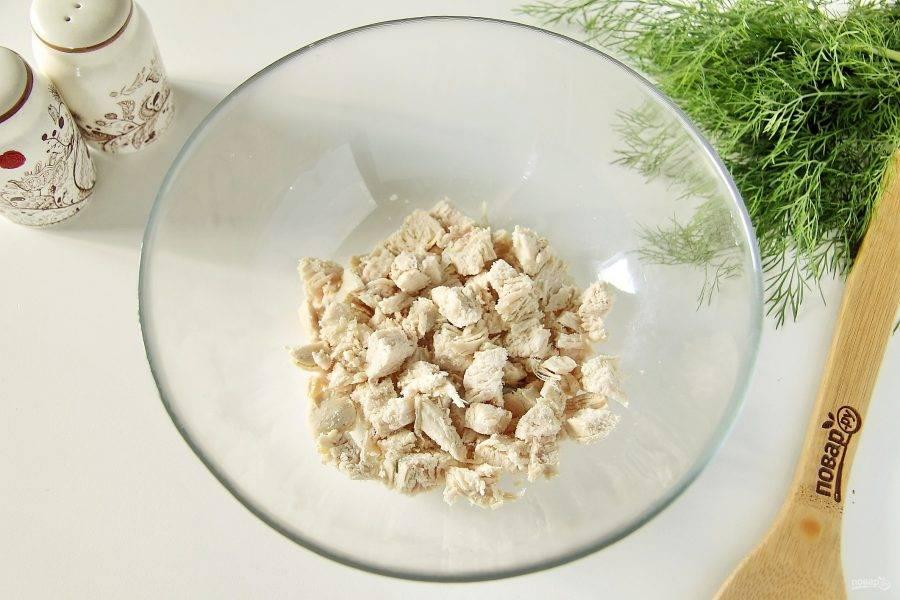 Все оставшиеся ингредиенты для салата нарежьте кубиками примерно одного размера. Сначала нарежьте куриное филе.