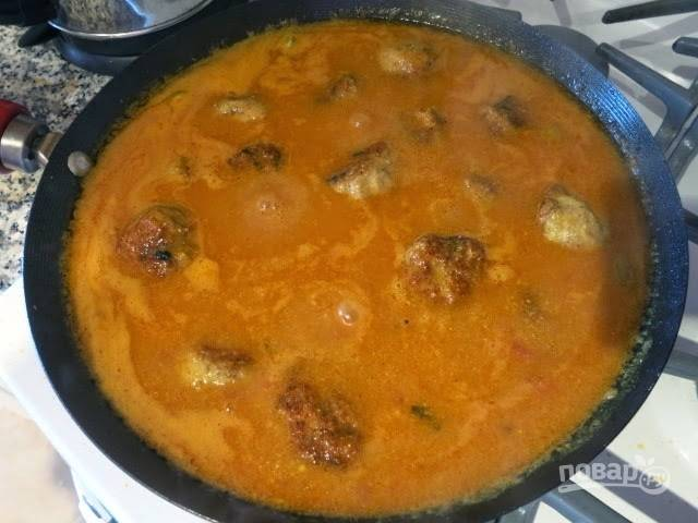 11. И выложите в соус обжаренные фрикадельки. На среднем огне оставьте тушиться до готовности, около 8-10 минут в случае с куриным фаршем, как в данном рецепте, и чуть больше, если фарш свиной.