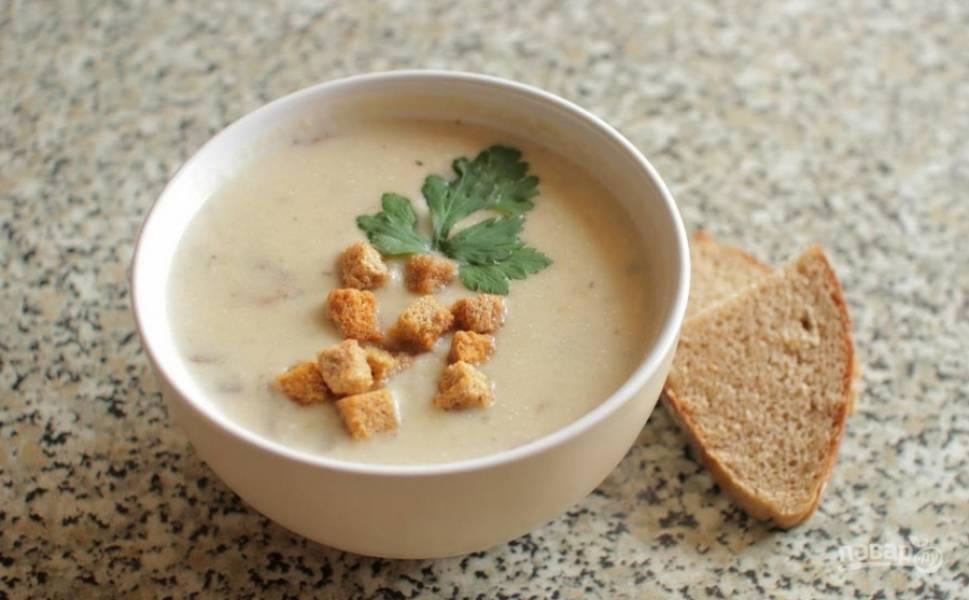 Повторно доводим суп до кипения и снимаем с огня. Разливаем по тарелкам. Украшаем сухариками и зеленью. Приятного аппетита!