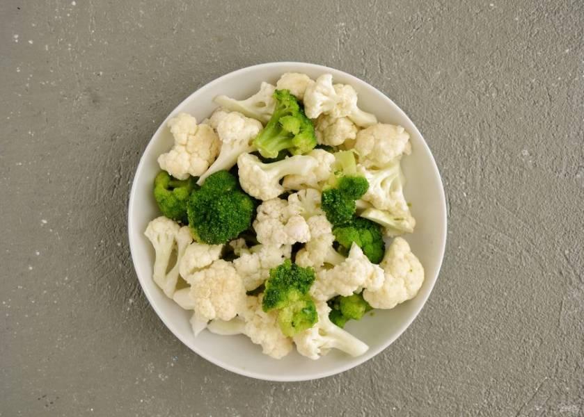 Нарежьте большие соцветия брокколи и цветную капусту на четвертинки, маленькие можно оставить как есть.