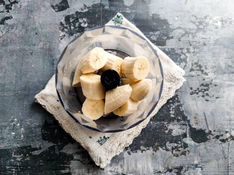 Бананы очистите от шкурки и измельчите их в блендере до пюреобразного состояния.