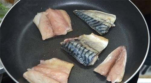 2. Кусочки рыбы натирают солью, перцем и специями. Обжарим на раскаленной сковороде.