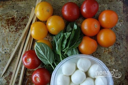 1. Вымойте и обсушите помидоры, базилик. Подготовьте сыр и шпажки.