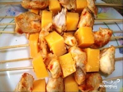 А теперь нанизываем по очереди куски филе с сыром на шпажки. Шпажки перед этим смочите водой или растительным маслом. Еще включим и разогреем до 180-200 градусов духовку, чтоб не терять времени.