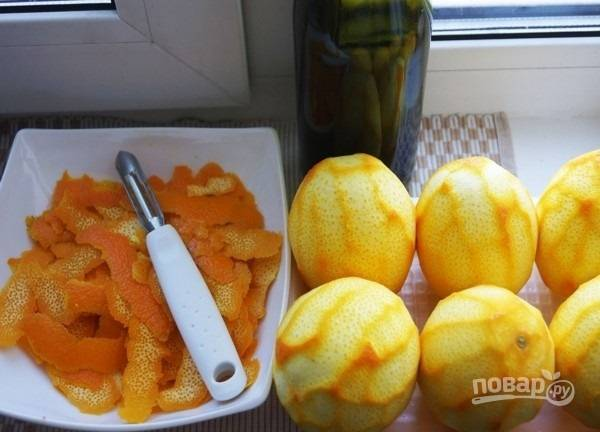 1.Апельсины тщательно мою в горячей воде, после этого ножом срезаю со всех цедру. Главное, чтобы не попались белые жилки.