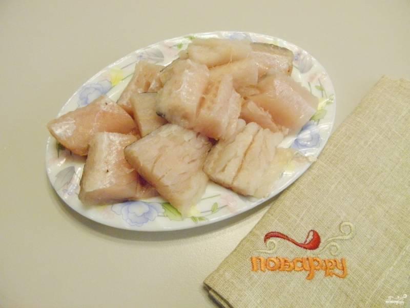 У рыбы удалите хребет, плавники (внутреннюю часть), порежьте рыбу кусочками.