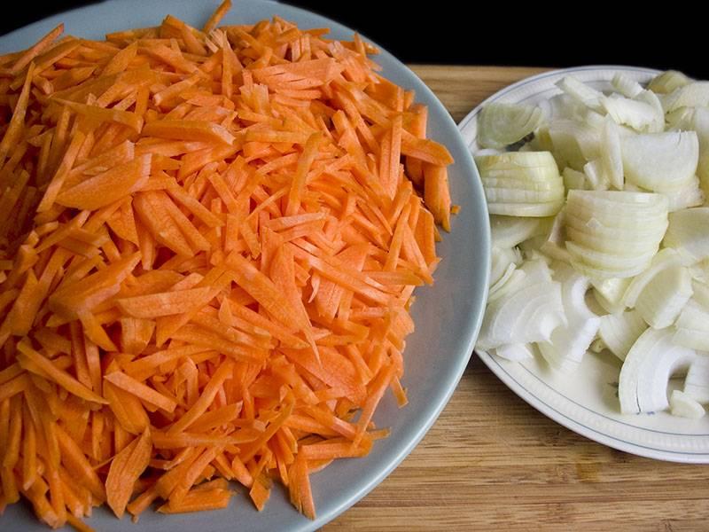 2. Пока готовится мясо можно приступать к овощам. Луковицы нужно очистить и нарезать полукольцами. Морковь вымыть, почистить и натереть на крупной терке или нарезать тонкими брусочками. Овощей лучше брать побольше, ведь они являются полноправными членами это блюда.