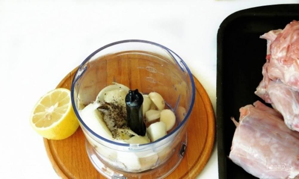В чашу блендера отправьте чеснок, лук, лимонный сок, растительное масло, воду, перец и соль по вкусу. Измельчите до однородности.