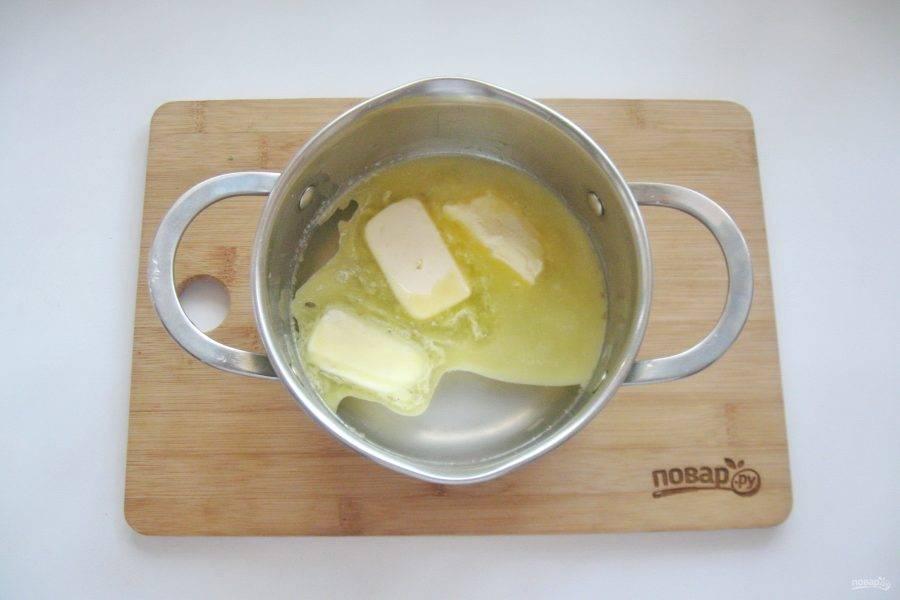 В кастрюлю налейте воду, поставьте на плиту, доведите до кипения и выложите сливочное масло.
