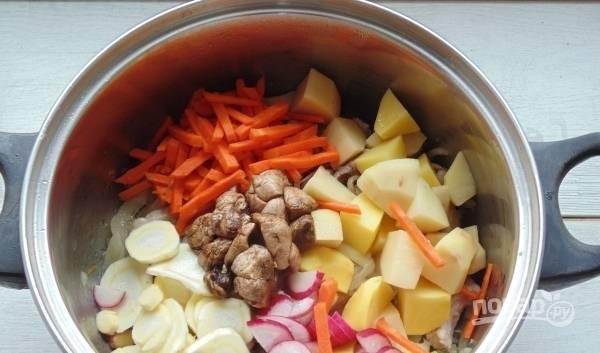 Выложите подготовленные овощи к мясу, перемешайте и накройте крышкой кастрюльку. Уменьшите огонь и тушите несколько минут. Затем залейте все водой и варите еще пятнадцать минут.