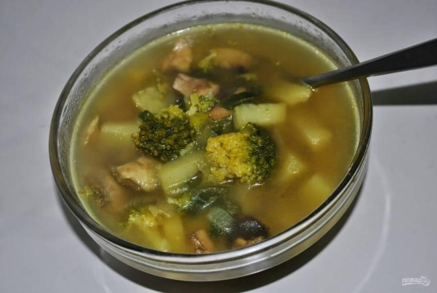 6. Подавать грибной суп нужно горячим. Можно сделать чесночные гренки, будет еще вкуснее.