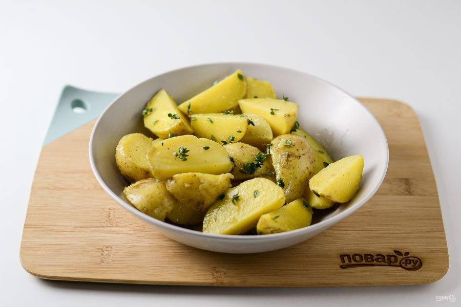 Добавьте оливковое масло, листочки тимьяна, соль и черный перец. Перемешайте.