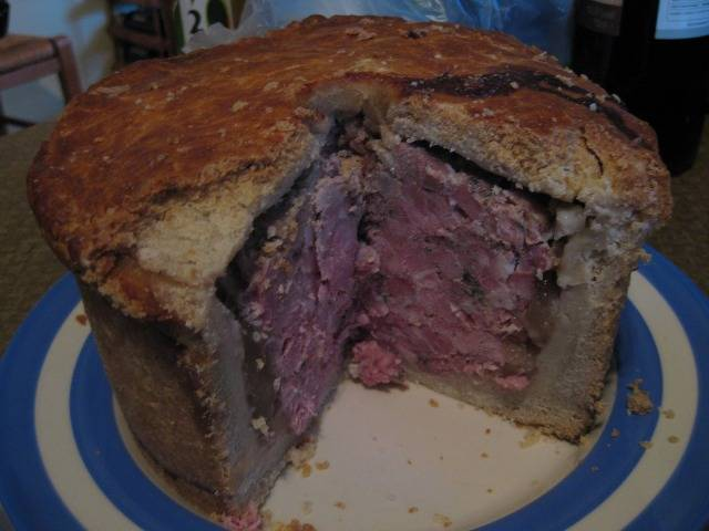 Ставим пирог в холодное место. После того, как пирог хорошо остынет, его можно разрезать и есть.