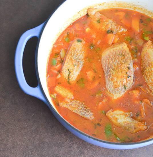 6. Вымыть, нарезать небольшими кубиками и отправить в кастрюлю сладкий перец. В зависимости от размера кусочков, рыбный суп с томатной пастой в домашних условиях варится от 15 до 25 минут. Приятного аппетита!