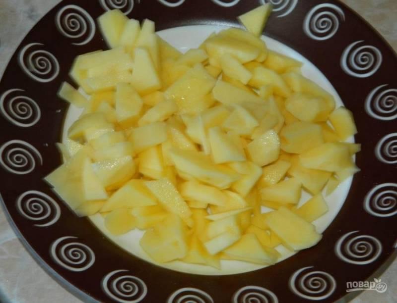 Добавьте в суп нарезанный картофель. Проварите минут 5-7.