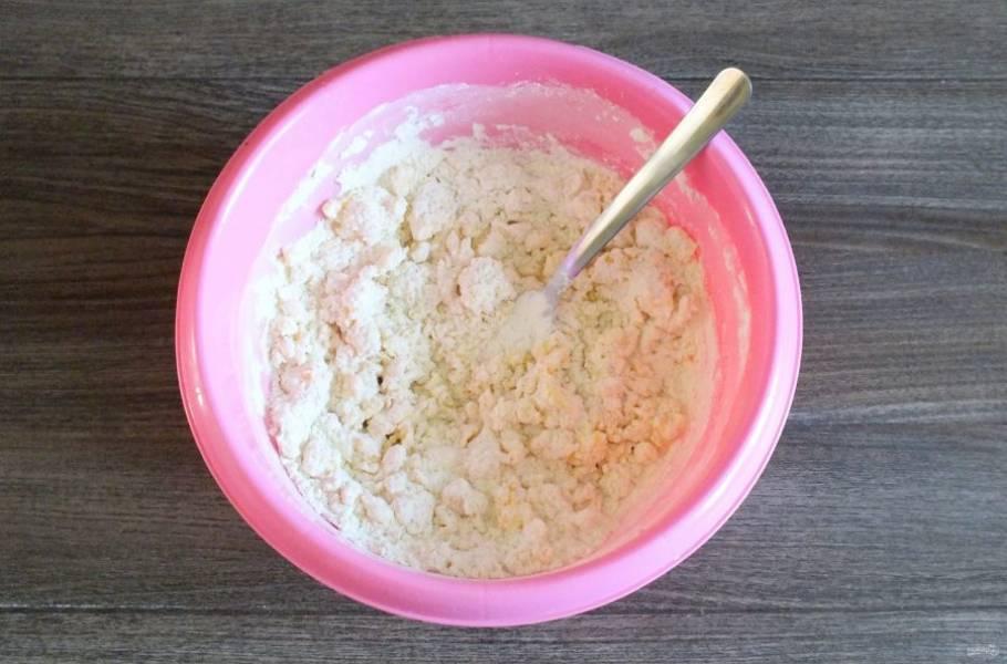 Начните тесто замешивать вилкой. Как только оно начнет собираться в комочки, месите руками.