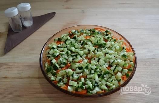 Слоеный салат с курицей и жареными грибами