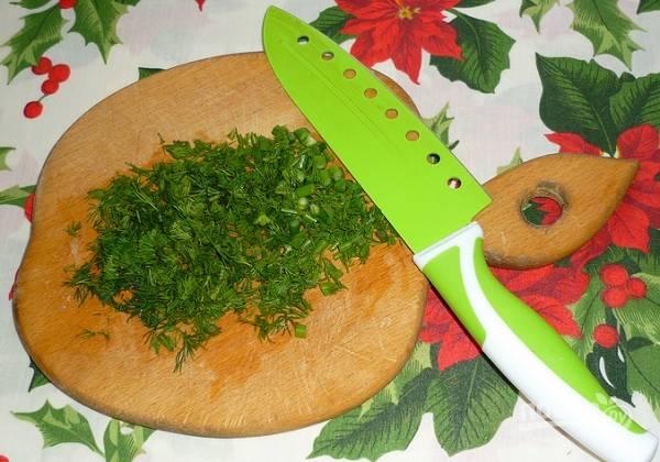 6. Вымойте, обсушите и измельчите зелень. Когда все ингредиенты будут готовы, соедините их в салатнике, заправьте майонезом и перемешайте.