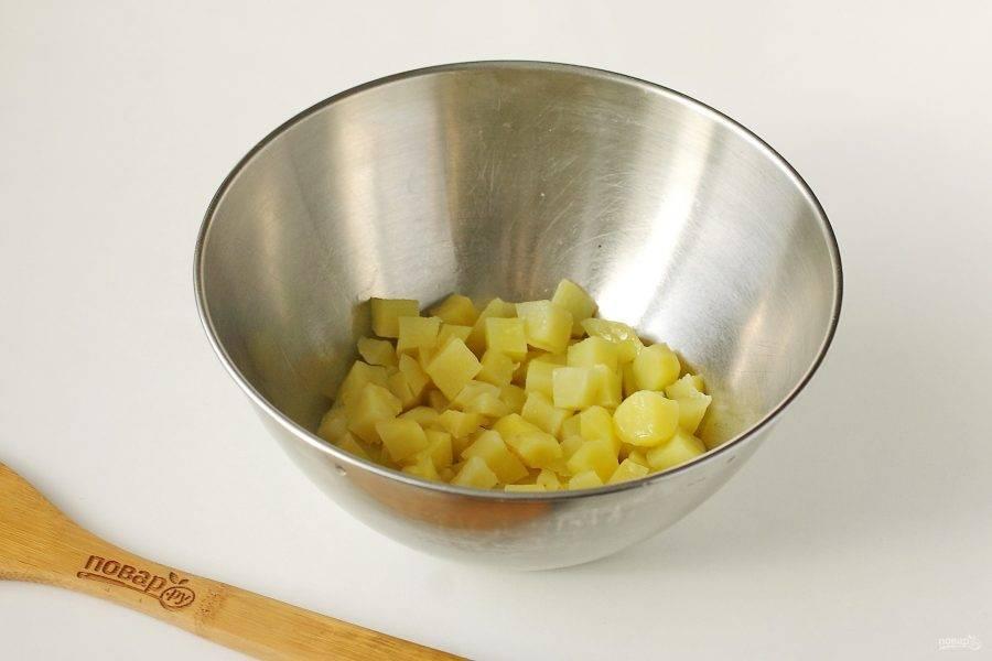 Нарежьте небольшими кубиками картофель.