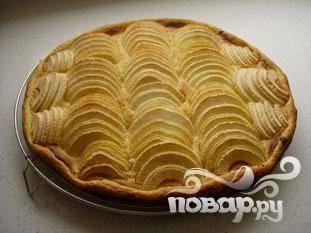 Поставьте в духовку. Запекайте, пока тесто не станет золотисто-коричневого цвета (около 20 минут).
