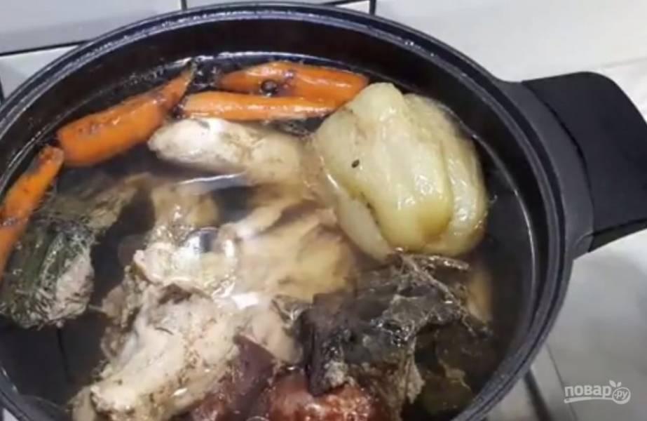 2. Залейте все холодной водой, посолите и поставьте на печь. Дайте бульону закипеть. Затем уменьшите огонь до минимума и варите бульон в течение 1,5 часа. Выньте овощи из бульона. Выньте курицу.