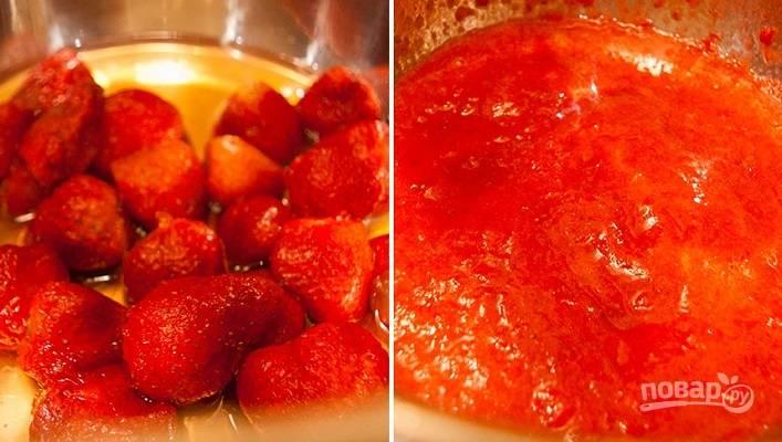 2. Ягоды выложите в кастрюлю, разомните их в пюре толкушкой или блендером. Добавьте агар-агар и поставьте на огонь. Прогрейте, постоянно помешивая. В процессе добавьте сахар, мед или сироп по вкусу. Доведите практически до кипения и снимите с огня.