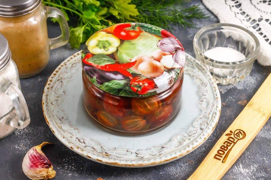 Вскипятите воду и залейте ее в емкость, сразу же закрутите на банке крышку и пропарьте ягоды примерно 5-10 минут.
