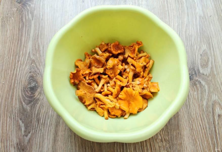 Выложите один слой грибов и посыпьте солью.