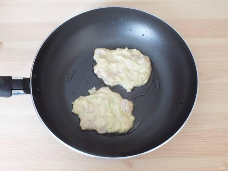 В сковороде разогрейте небольшое количество масла. Выложите по 1,5 ст.л. массы, закройте крышкой и на среднем огне обжарьте в течение 3-4 минут.